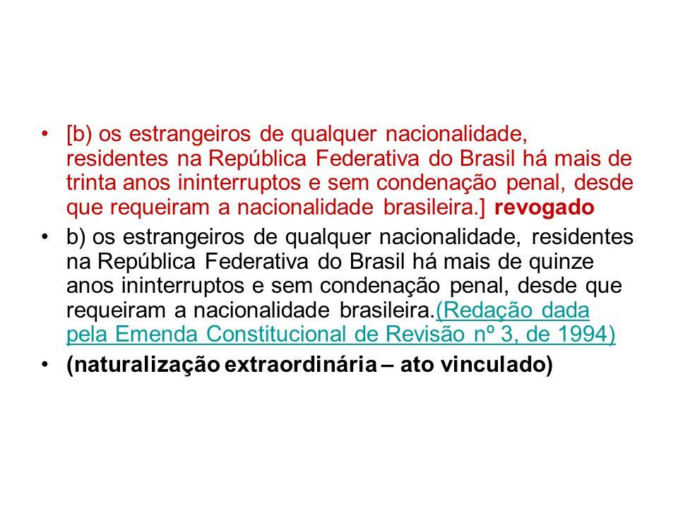 [b) os estrangeiros de qualquer nacionalidade, residentes na República Federativa do Brasil há mais de trinta anos ininterruptos e sem condenação penal, desde que requeiram a nacionalidade brasileira.] revogado